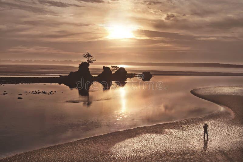 Solnedgånglandskap på Stilla havetstranden arkivfoto