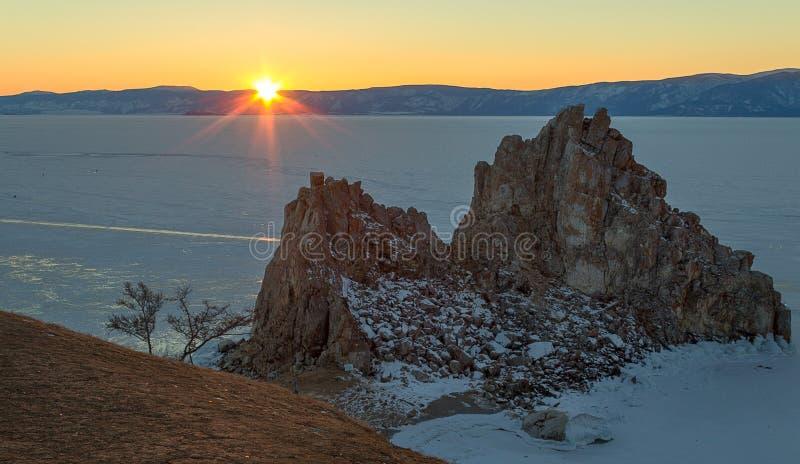 Solnedgånglandskap på vinterBaikal sjön, Ryssland royaltyfri foto