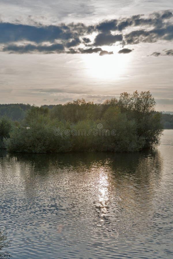SolnedgångLiptovska Mara sjö i den Liptovsky Trnovec byn, Slovakien royaltyfri bild