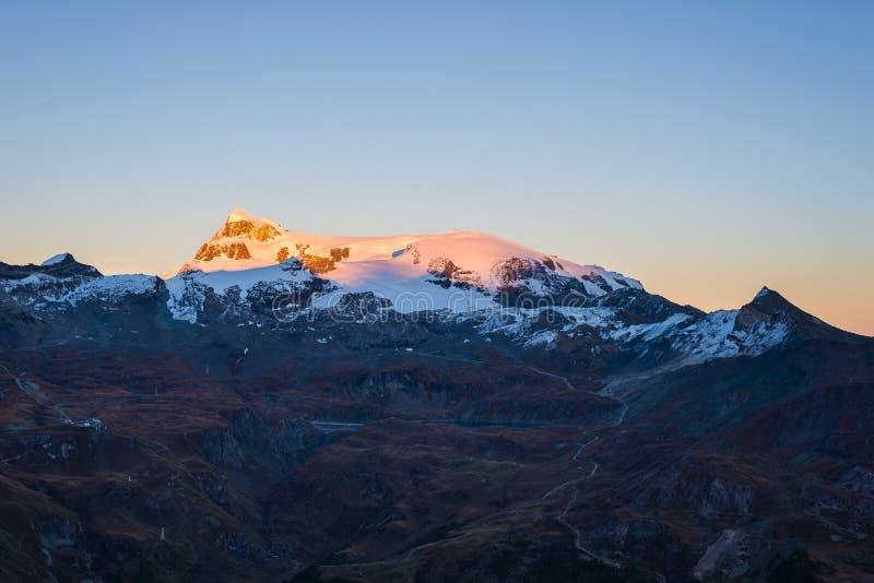 Solnedgångljus över de scenicsMonte Rosa glaciärerna royaltyfria foton