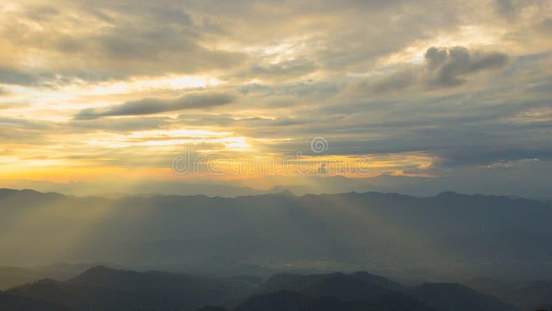 Solnedgångljus kommer till världssistljuset royaltyfria foton