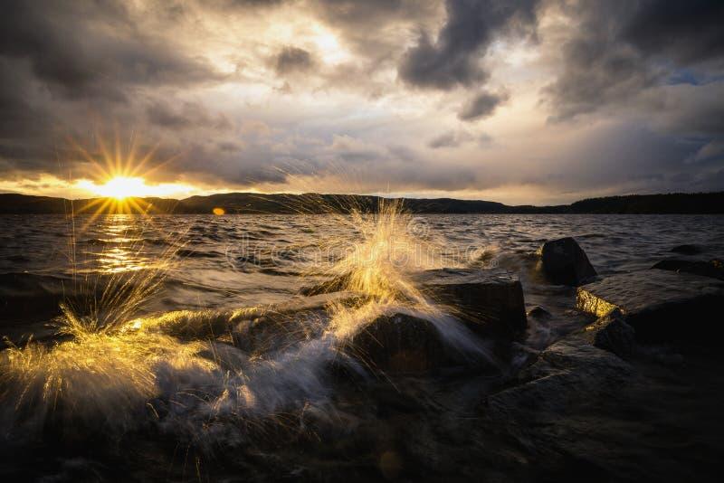 Solnedgångljus och aftonlynne vid Jonsvatnet sjön i Norge royaltyfri fotografi