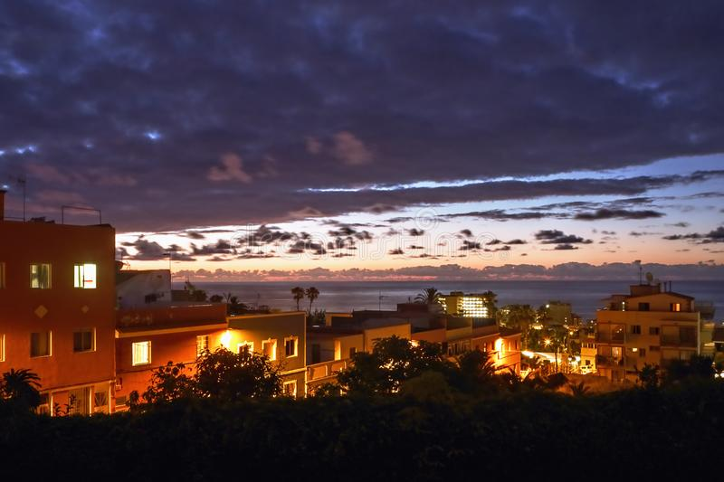 Solnedgånglynne i tung molnräkning, med spektakulär färg och ljus över Atlanticet Ocean fotografering för bildbyråer