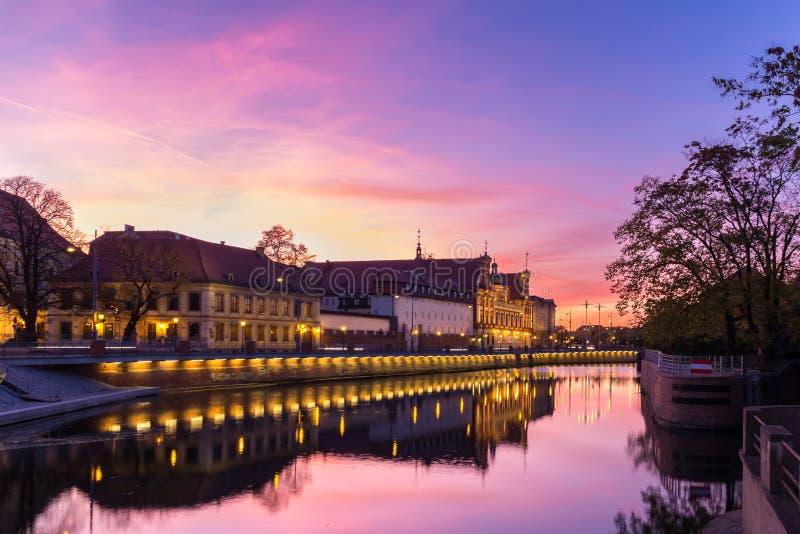 Solnedgångnatt som skjutas i Wroclaw Polen arkivfoto