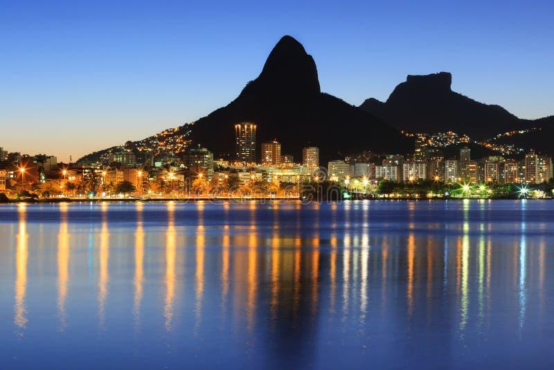 Solnedgångnattlagun Rodrigo de Freitas (Lagoa), berg, Rio de Janeiro de royaltyfri bild