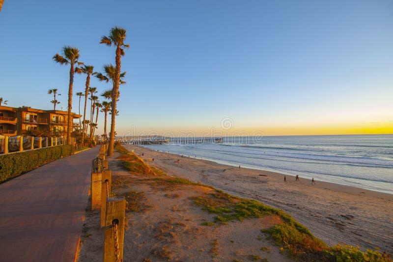 SolnedgångPacifi strand fotografering för bildbyråer