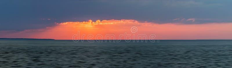Solnedgångpanorama över havet arkivbilder