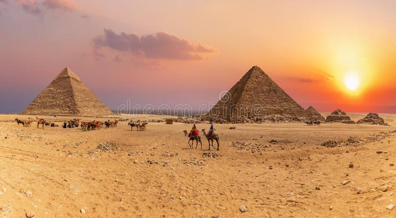 Solnedgångpanorama av de stora pyramiderna av Giza, Egypten royaltyfri bild
