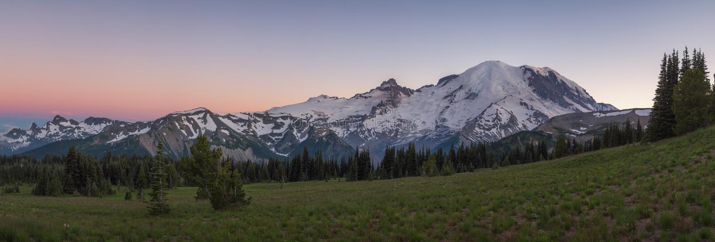 Solnedgångpanorama av Mount Rainier royaltyfria foton