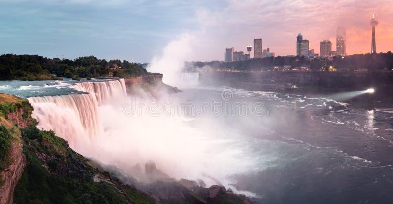 Solnedgångpanorama av rosa Niagara Falls arkivbilder