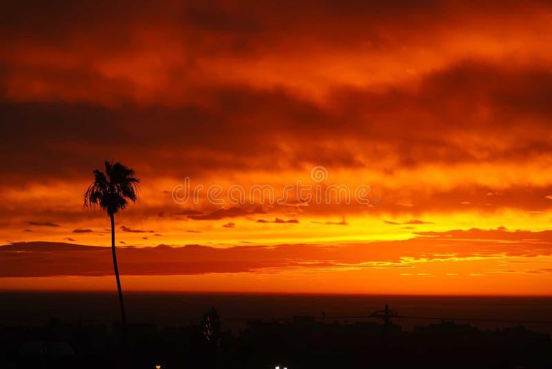Solnedgångpanorama ovanför den Hermosa stranden royaltyfria foton