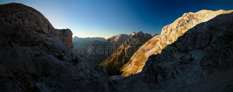 Solnedgångpanoramasikt till det Triglav maximumet i Slovenien arkivfoto