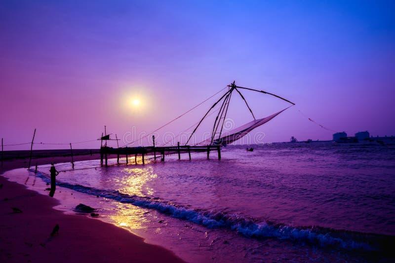 Solnedgångplats av Kochi kinesiska fisknät, Kerala Fort Kochin, Koc arkivfoton