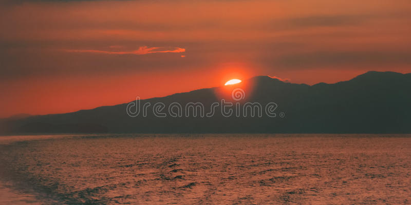 Solnedgångplats i Trinidad och Tobago det karibiska havet på skymning fotografering för bildbyråer