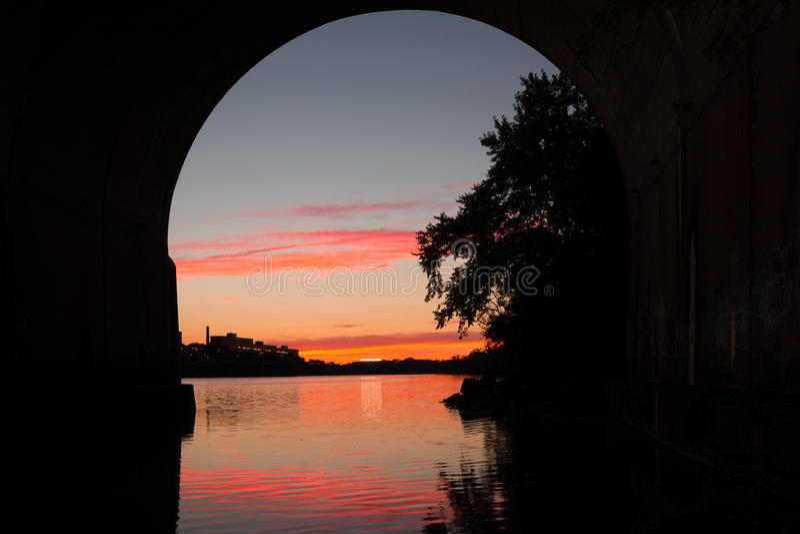 SolnedgångRaritan flod arkivfoto