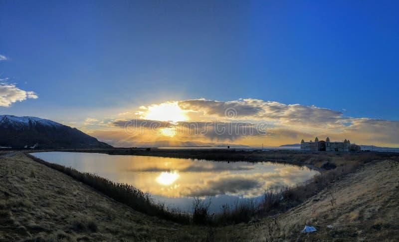 Solnedgångreflexion i vinter på Great Salt Lake, vid den historiska Saltair byggnaden, panorama SaltAiren, den Saltair semesteror royaltyfri foto