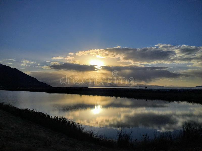 Solnedgångreflexion i vinter på Great Salt Lake, vid den historiska Saltair byggnaden, panorama SaltAiren, den Saltair semesteror arkivbild
