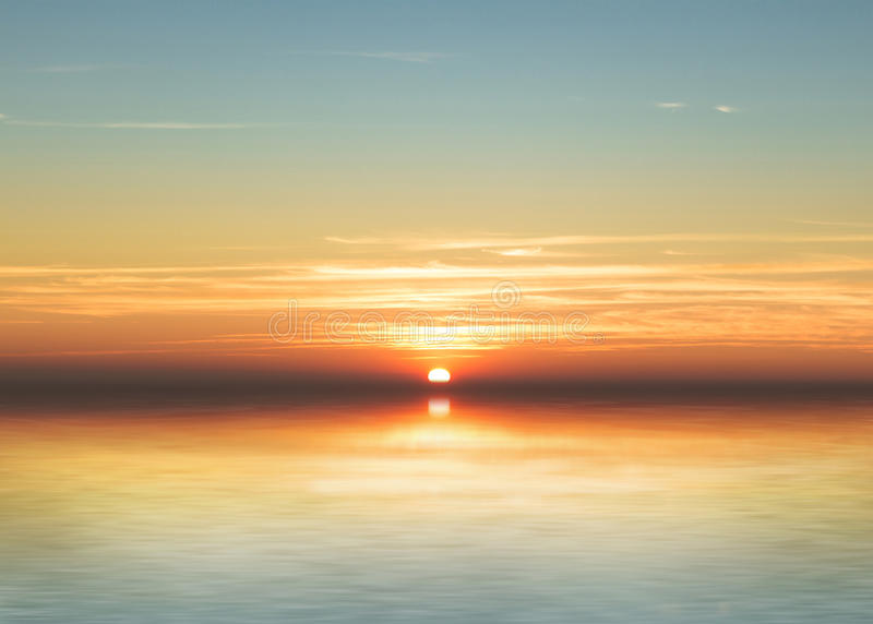Solnedgångreflexion på vattnet, scenisk sikt av den härliga solnedgången ovanför havet, solnedgång över vattenreflexionen, reflex royaltyfri bild