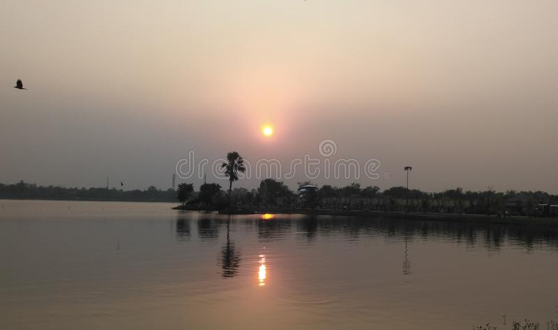 Solnedgångreflexionen på sjön arkivbild