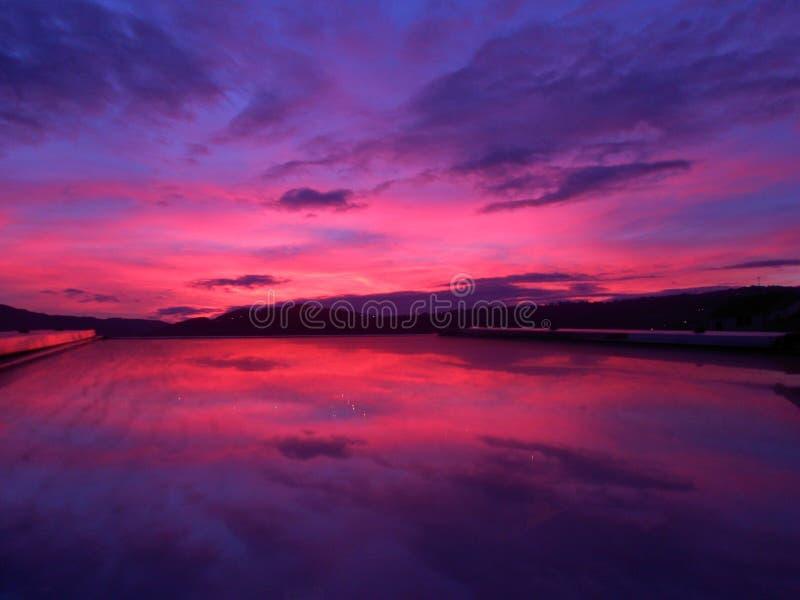 Solnedgångreflexionen, solnedgånghimmel, rosa himmel, solnedgång färgar, fönstersikten arkivfoto