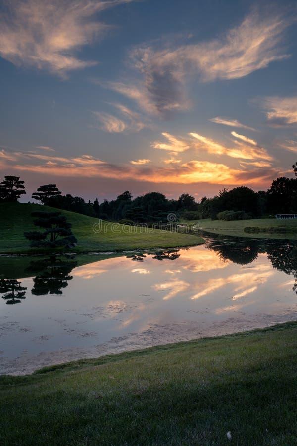 Solnedgångreflexioner i sjön royaltyfria foton