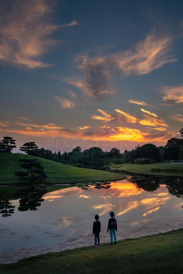 Solnedgångreflexioner i sjön royaltyfri fotografi