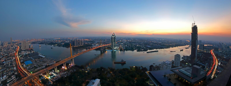 Solnedgångscence av den Rama 9 bron på den Chaopraya floden med Bangkok Thailand royaltyfria bilder