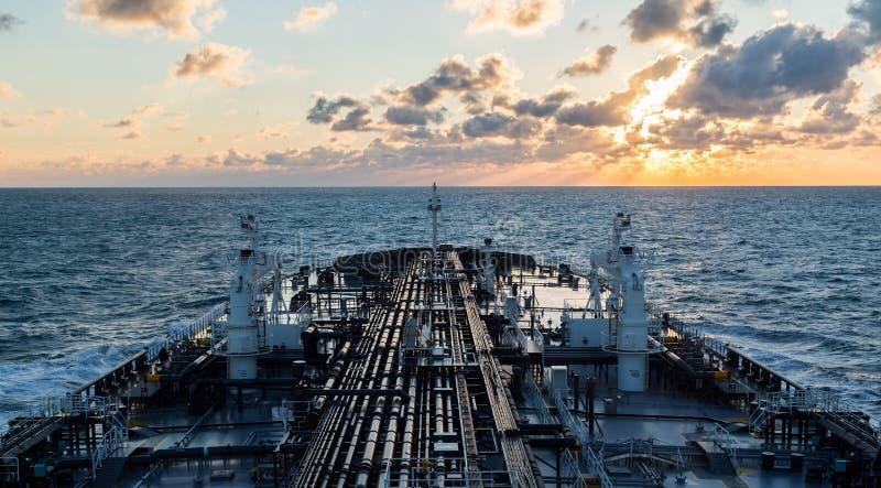 Solnedgångseascape med tankfartygdäcket royaltyfri foto