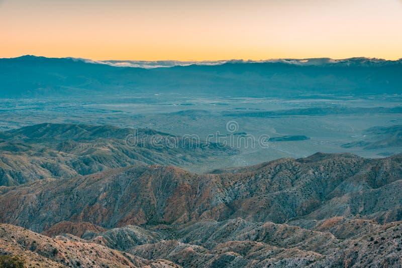 Solnedgångsikt av berg i öknen från tangentsikt, i Joshua Tree National Park, Kalifornien arkivfoto