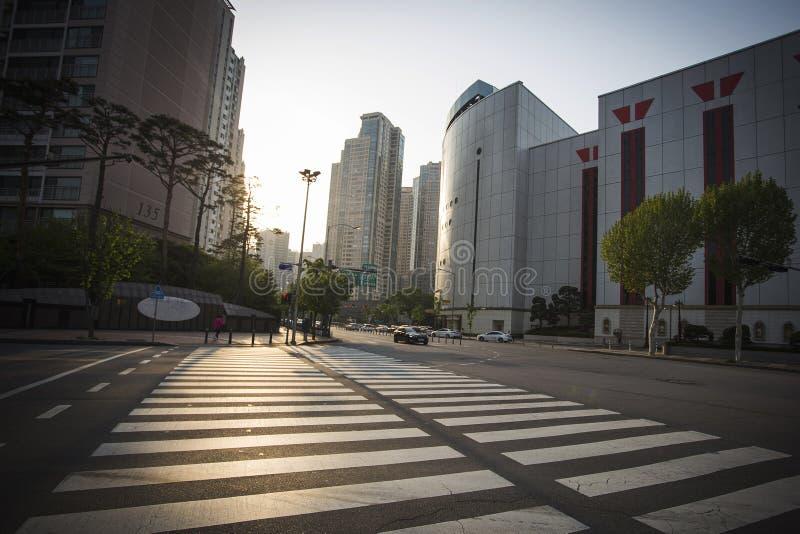 Solnedgångsikt av breda gator och högväxta byggnader i Seoul fotografering för bildbyråer