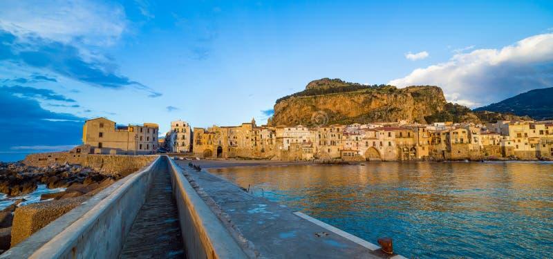 Solnedgångsikt av Cefalu i Sicilien, Italien arkivbilder