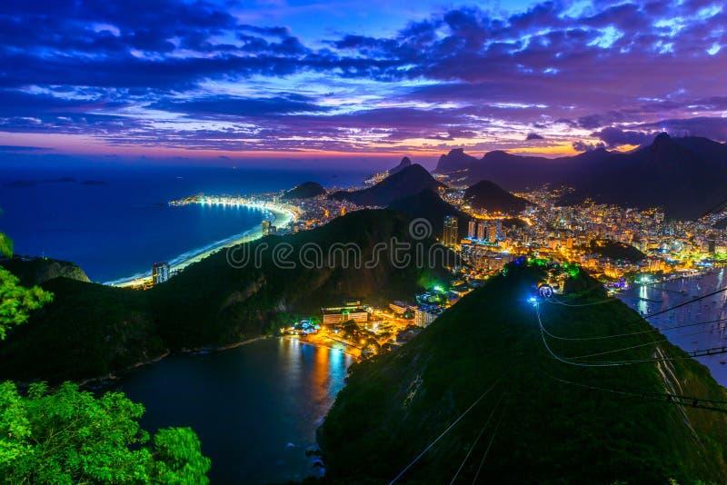 Solnedgångsikt av Copacabana, Corcovado, Urca och Botafogo i Rio de Janeiro royaltyfri bild