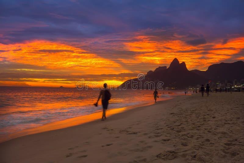 Solnedgångsikt av den Ipanema stranden och berget Dois Irmao (broder två) i Rio de Janeiro fotografering för bildbyråer