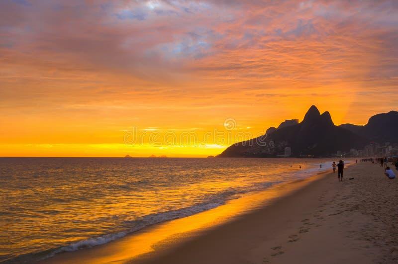 Solnedgångsikt av den Ipanema stranden och berget Dois Irmao (broder två) i Rio de Janeiro arkivfoton