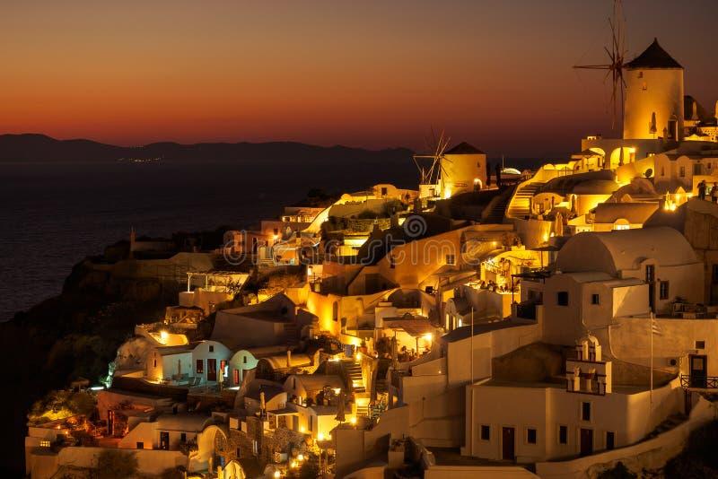Solnedgångsikt av den Oia staden på Santorini i Grekland royaltyfri bild