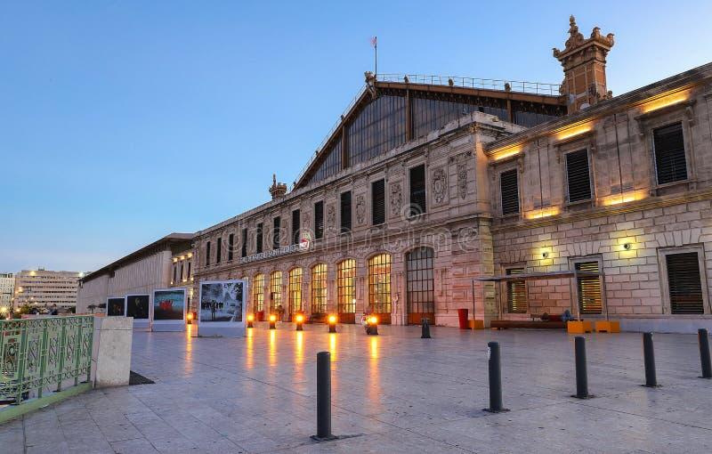Solnedgångsikt av den St Charles drevstationen på Marseille, Frankrike royaltyfria bilder