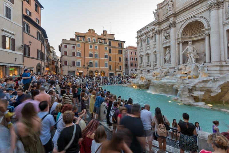 Solnedgångsikt av den turist- besöka Trevi-springbrunnen Fontana di Trevi i stad av Rome, Italien royaltyfria foton