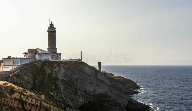 Solnedgångsikt av en fyr i Santander, nordliga Spanien fotografering för bildbyråer