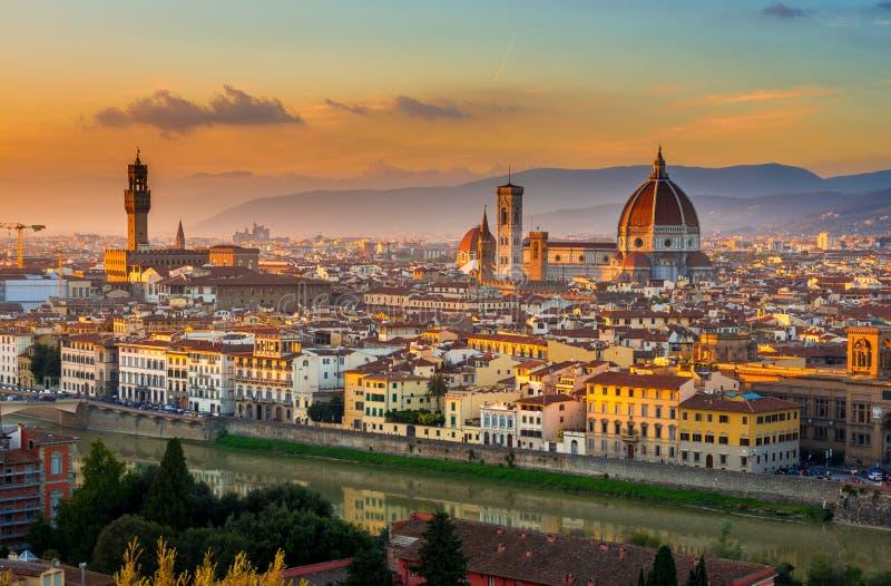 Solnedgångsikt av Florence och duomoen arkivfoton