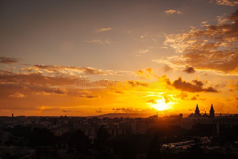 Solnedgångsikt av Floriana från Valletta royaltyfri foto