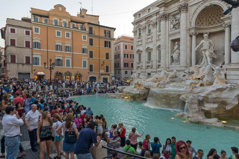 Solnedgångsikt av folk som besöker Trevi-springbrunnen Fontana di Trevi i stad av Rome, Italien arkivfoton