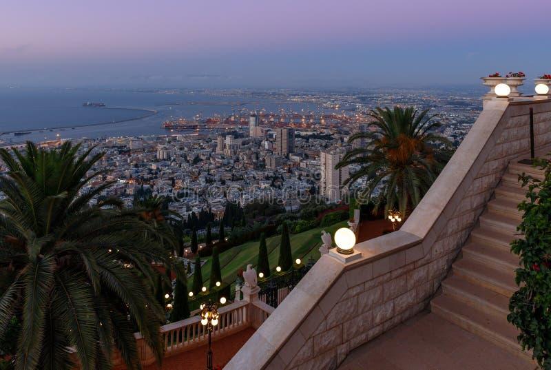 Solnedgångsikt av från Louis Promenade på Mount Carmel till övreterrassen av den Bahai templet, på centret och på porten arkivfoton
