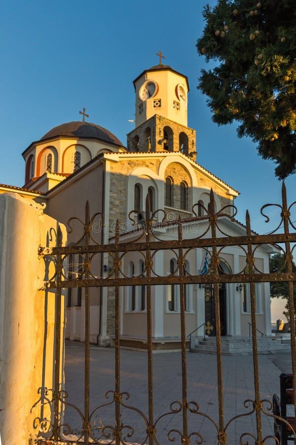 Solnedgångsikt av kyrkan av antagandet av den jungfruliga Maryen i Kavala, östliga Makedonien och Thra arkivfoto