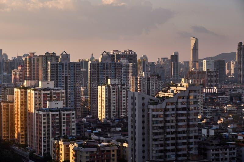 Solnedgångsikt av många hög-slut företag liksom finans, försäkring, fastighet, Guangzhou stad, Kina royaltyfri foto