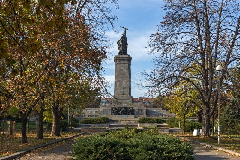 Solnedgångsikt av monumentet av den sovjetiska armén i stad av Sofia, Bulgarien arkivbild