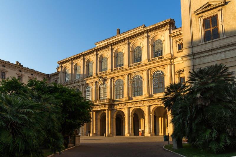 Solnedgångsikt av Palazzo Barberini - National Gallery av forntida konst i Rome, Italien arkivbild