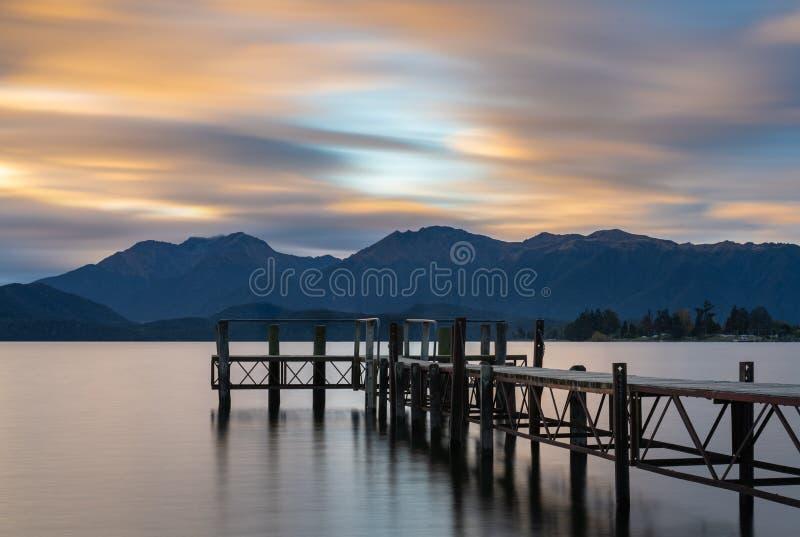 Solnedgångsikt av sjön Te Anau arkivfoton