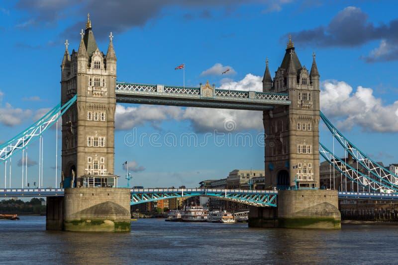 Solnedgångsikt av tornbron i London, England, Storbritannien royaltyfri fotografi