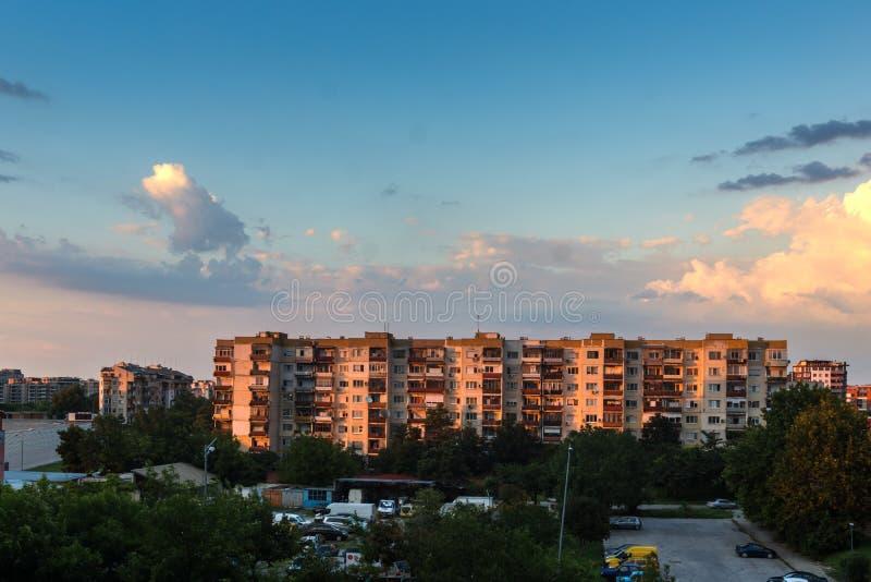 Solnedgångsikt av typisk bostads- byggnad från den kommunistiska perioden i stad av Plovdiv, Bulg royaltyfri fotografi