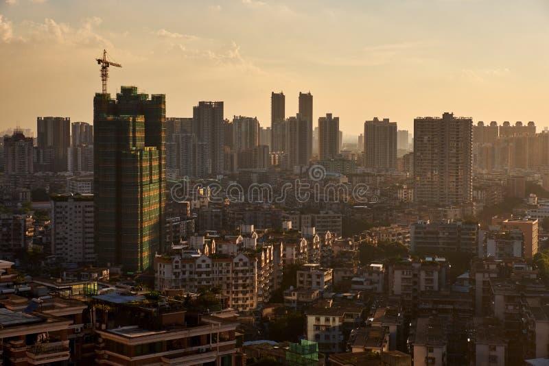Solnedgångsikt av under-konstruktionsbyggnad och många hög-slut företag liksom finans, försäkring, fastighet, Guangzhou stad, royaltyfri foto